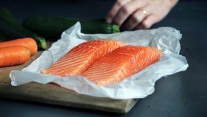 Frischer Lachs ist gesund und schmeckt hervorragend